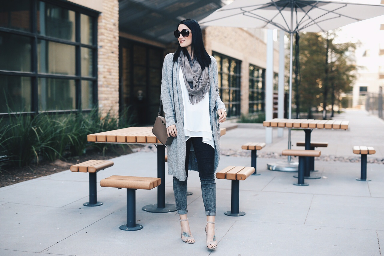 Ombre Jeans | ombre style ideas | ombre fashion | how to style ombre jeans | fall fashion tips | fall outfit ideas | fall style tips | what to wear for fall | cool weather fashion | fashion for fall | style tips for fall | outfit ideas for fall || Dressed to Kill #ombre #fallfashion #greycardigan