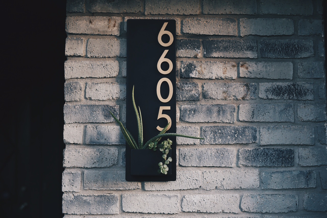 Urban Mettle | house numbers and wall planters | outdoor home decor | outdoor decorating tips | tips for decorating outdoors || Dressed to Kill #outdoordecor #housenumbers #homedecor #WallHanging